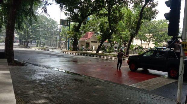 Massa demo tolak omnibus law UU Ciptaker di sekitar Lapangan Benteng, Medan (Ahmad Arfah-detikcom)
