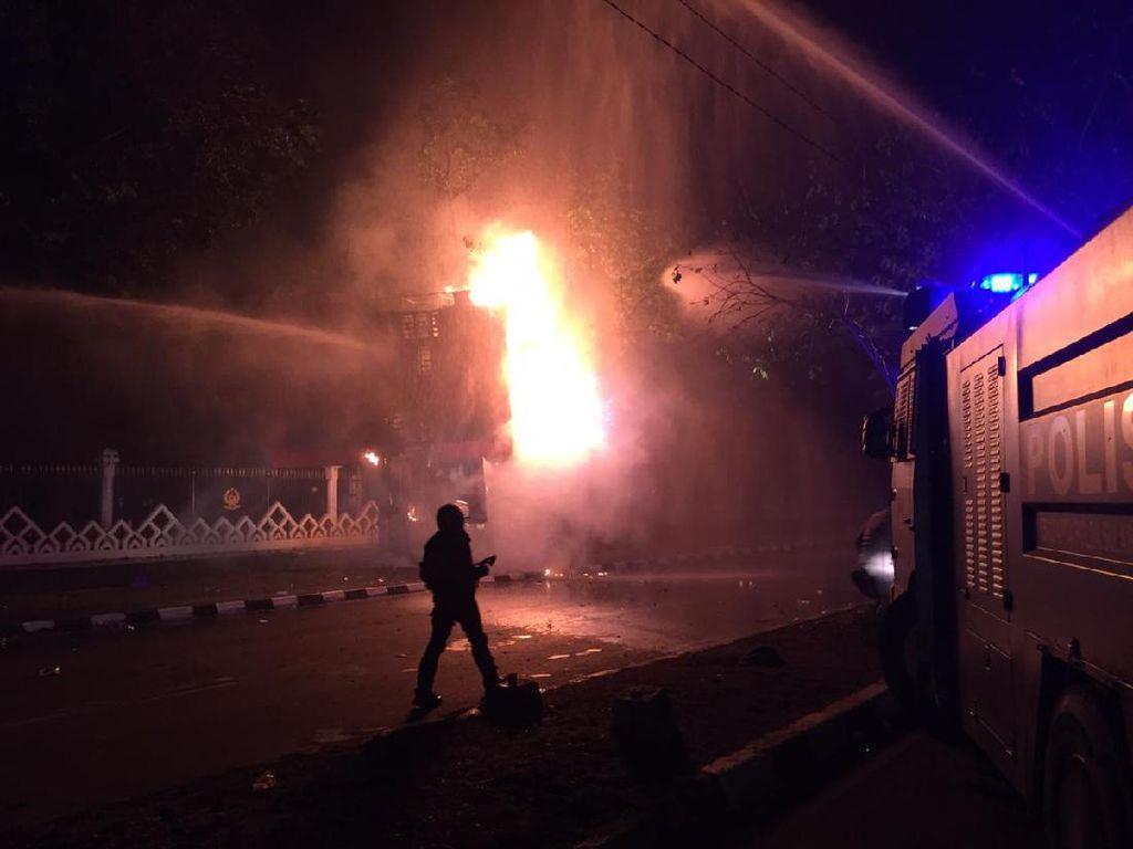 Massa Masih Ricuh, Videotron Kantor Gubernur Sulsel-Motor Polisi Dibakar