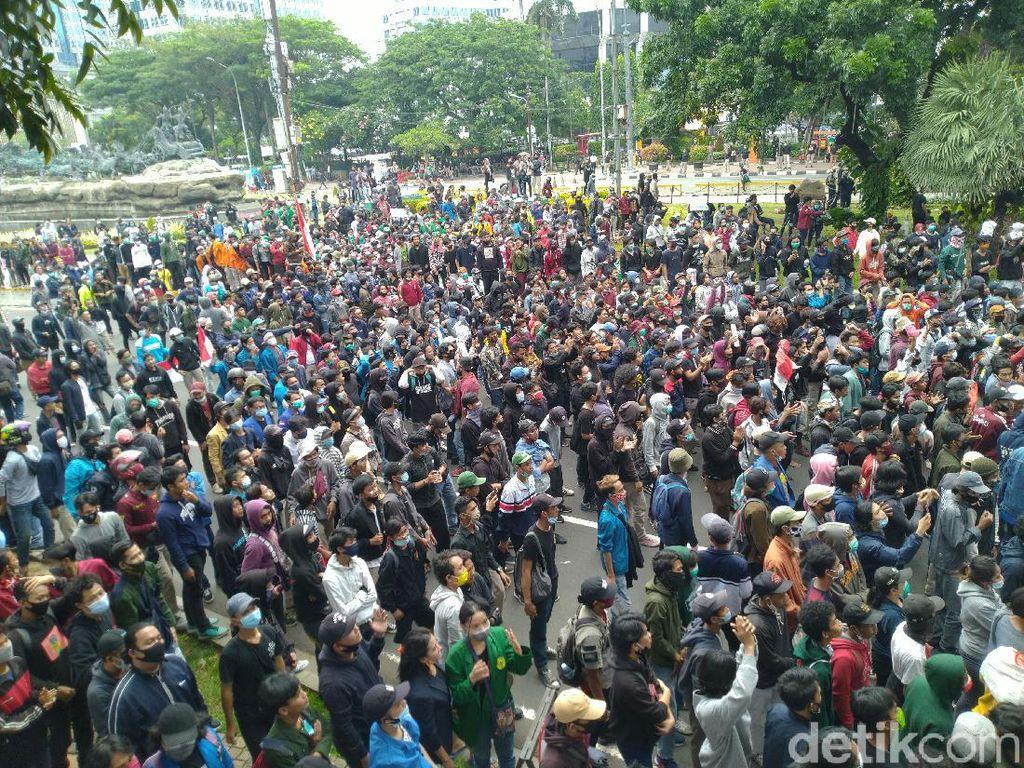 Massa Mahasiswa Demo UU Cipta Kerja di Patung Kuda Terus Berdatangan