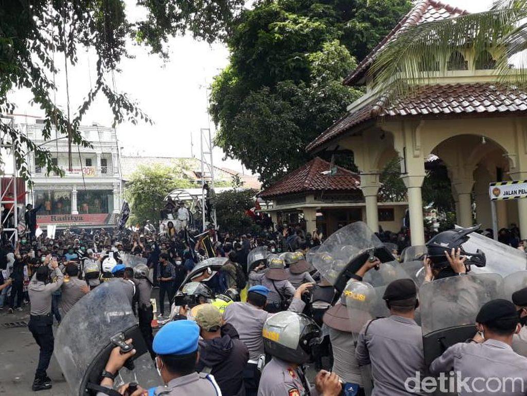 Demo UU Cipta Kerja di DIY Ricuh, Pimpinan DPRD: Ada yang Nyusup