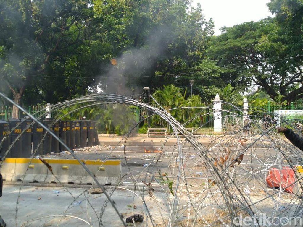 Massa di Patung Kuda Ricuh: Lempar Batu-Molotov, Jebol Kawat Berduri