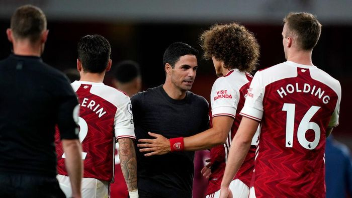 LONDON, ENGLAND - SEPTEMBER 19: Mikel Arteta, Manager of Arsenal speaks with Hector Bellerin, David Luiz and Rob Holding of Arsenal following the Premier League match between Arsenal and West Ham United at Emirates Stadium on September 19, 2020 in London, England. (Photo by Will Oliver - Pool/Getty Images)