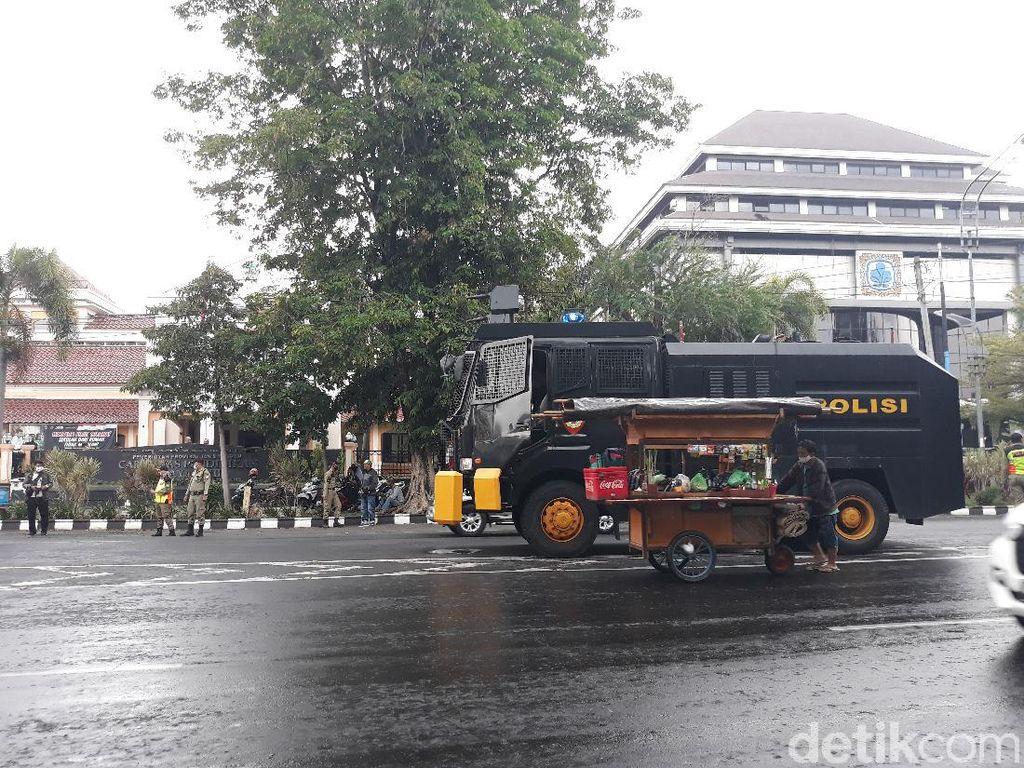 Video Polisi Amankan Penyusup Demo Tolak Omnibus Law di Solo