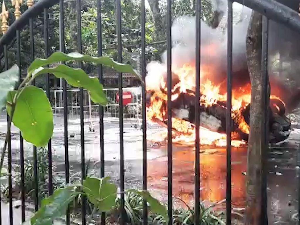 Video Demo di Malang Memanas, Mobil Patwal Dibakar Massa