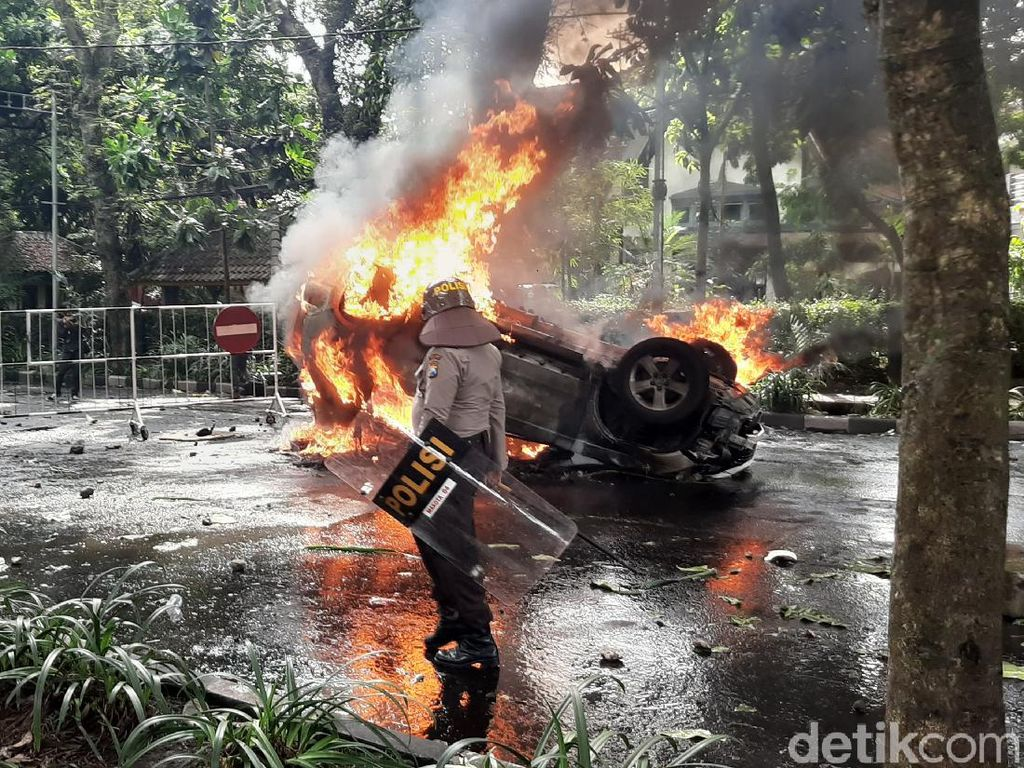 Mobil Patwal Pemkot Malang Dibakar Pendemo