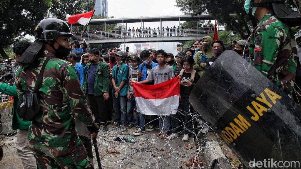 Momen TNI AD Tenangkan Massa Bikin Hati Adem