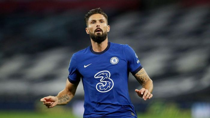 LONDON, ENGLAND - SEPTEMBER 29: Olivier Giroud of Chelsea looks on during the Carabao Cup fourth round match between Tottenham Hotspur and Chelsea at Tottenham Hotspur Stadium on September 29, 2020 in London, England. Football Stadiums around United Kingdom remain empty due to the Coronavirus Pandemic as Government social distancing laws prohibit fans inside venues resulting in fixtures being played behind closed doors. (Photo by Matt Dunham - Pool/Getty Images)