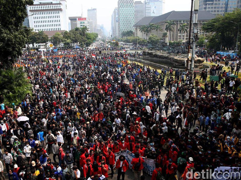 Harus Banget Berkendara Sementara Lagi Banyak Demo? Ikuti Tips Ini