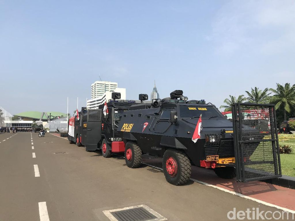 Antisipasi Demo Tolak UU Cipta Kerja, Panser-Barracuda Disiagakan di DPR
