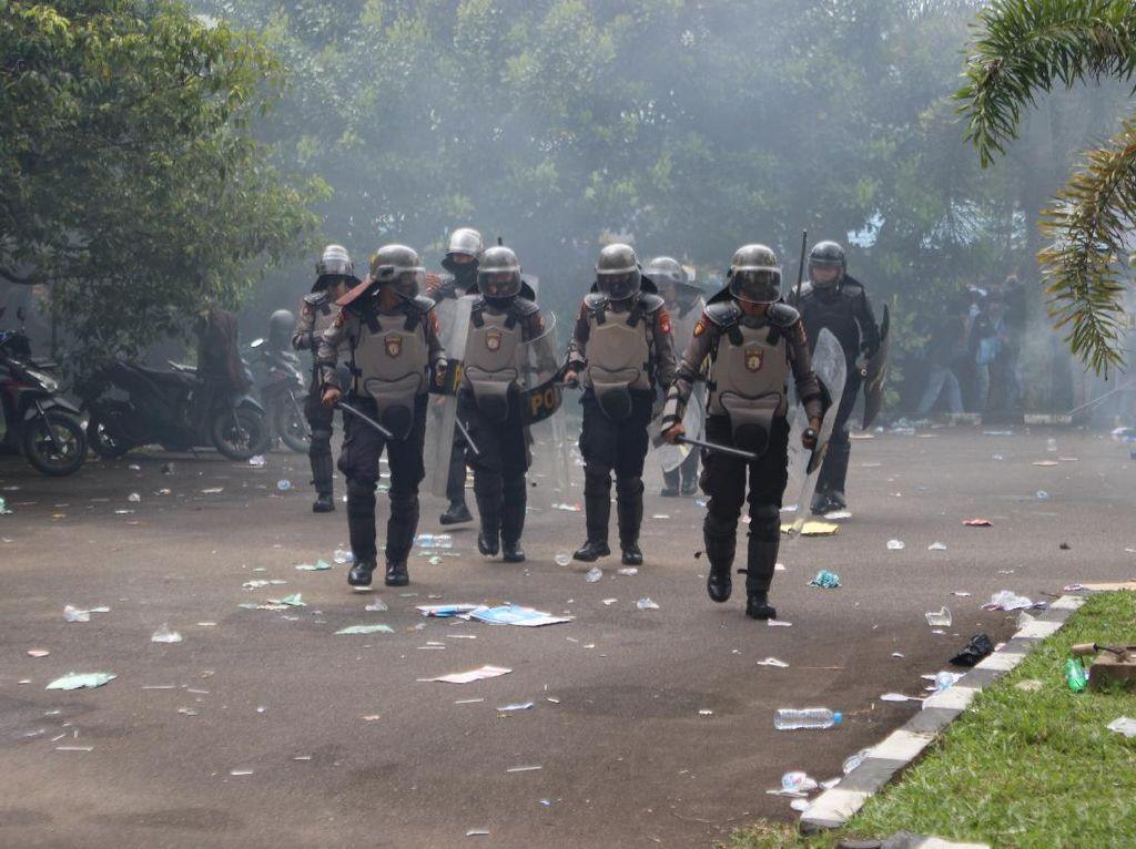 Demo Tolak UU Ciptaker di Kalbar, Polisi Bubarkan Massa dengan Gas Air Mata