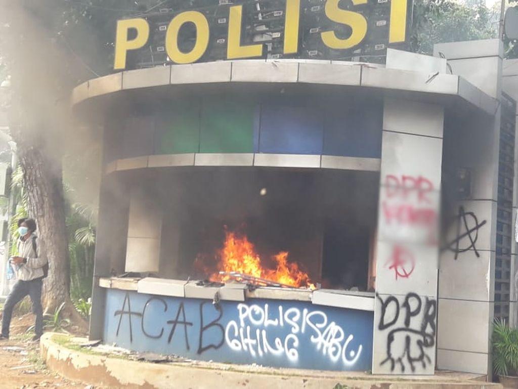 Massa Bakar Pospol Patung Kuda, Polisi Tembakkan Gas Air Mata