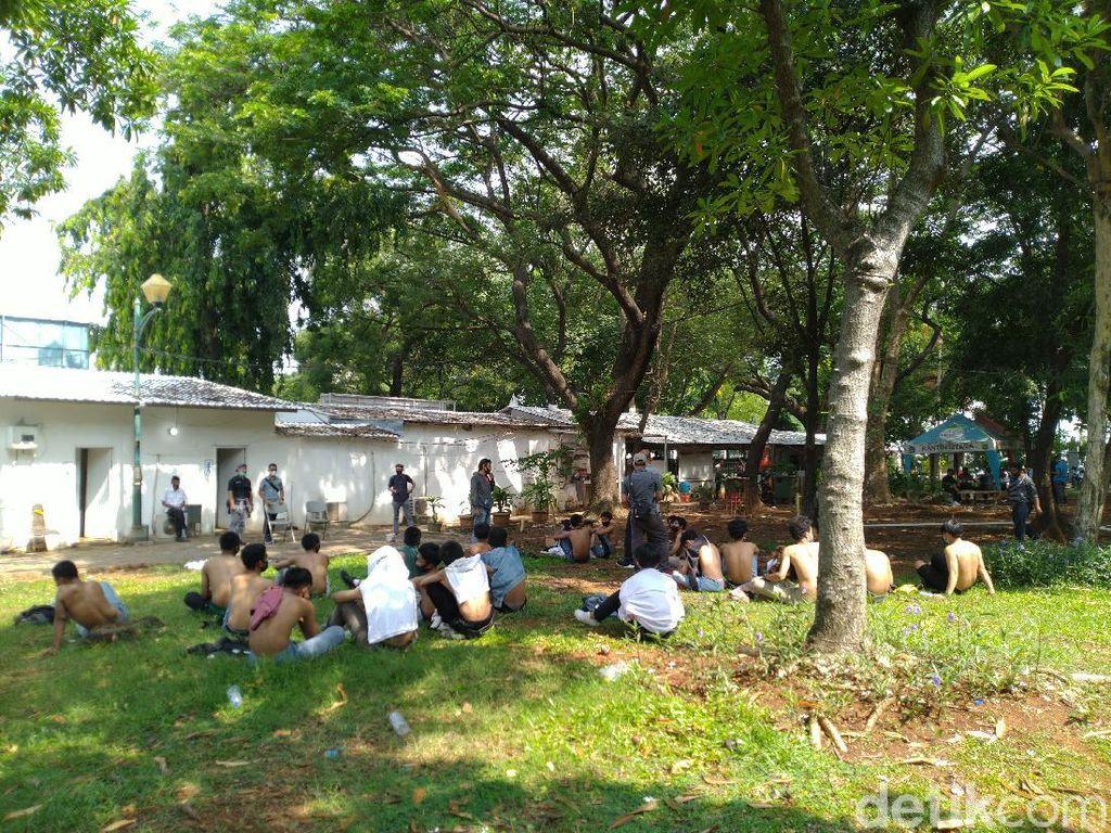 Video Remaja Berseragam SMA Dibekuk Jelang Demo di Depan Istana
