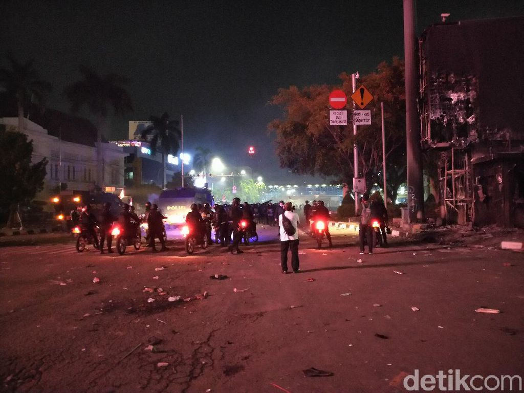 Ricuh di Harmoni: Massa Lempar Molotov, Polisi Tembakkan Gas Air Mata