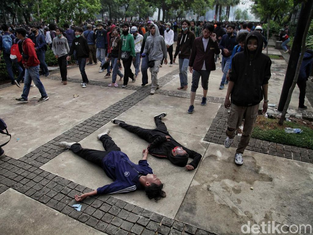 Detik-detik Massa Demo Ricuh Terobos Balai Kota DKI Jakarta