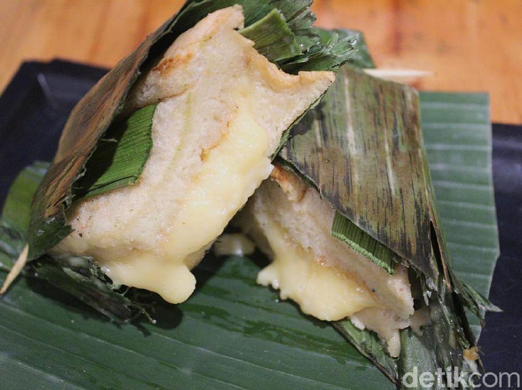 Unik! Satu-satunya di Indonesia Roti Bakar Bungkus Daun Pisang