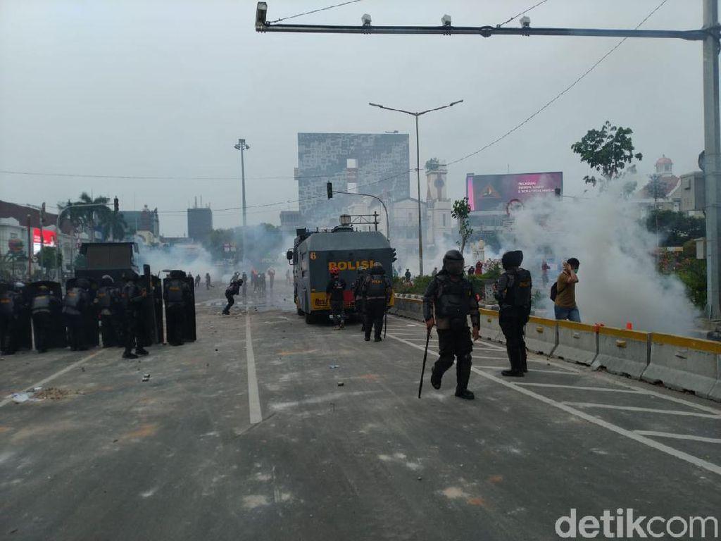 Rusuh Lagi! Massa Bergerak ke Simpang Harmoni, Lempar Batu-Petasan ke Polisi
