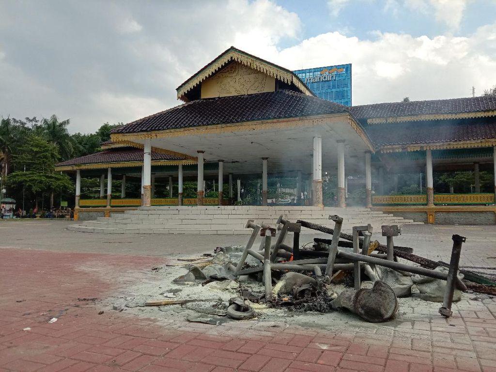 Sejumlah Fasilitas di Lapangan Merdeka Medan Dirusak-Dibakar