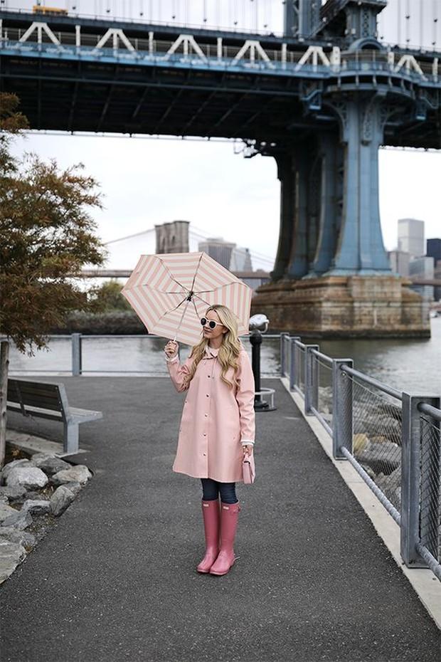 Sepatu boots memang paling nyaman untuk digunakan saat hujan. Sebab dengan menggunakan sepatu boots, kamu enggak perlu khawatir untuk menginjak genangan air.