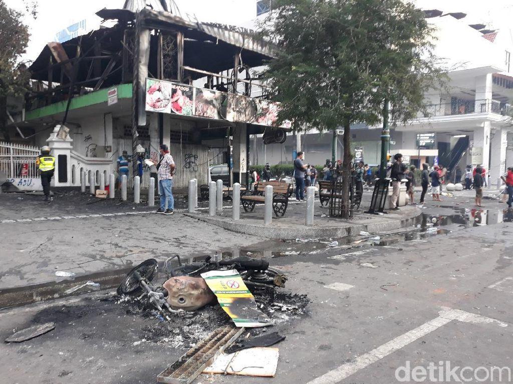 Resto Legian Malioboro Terbakar Diduga Dimolotov, PolisiBuru Pelaku