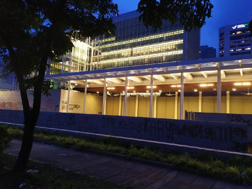 Massa Coreti Tembok Gedung Kedubes AS dengan Umpatan ke DPR