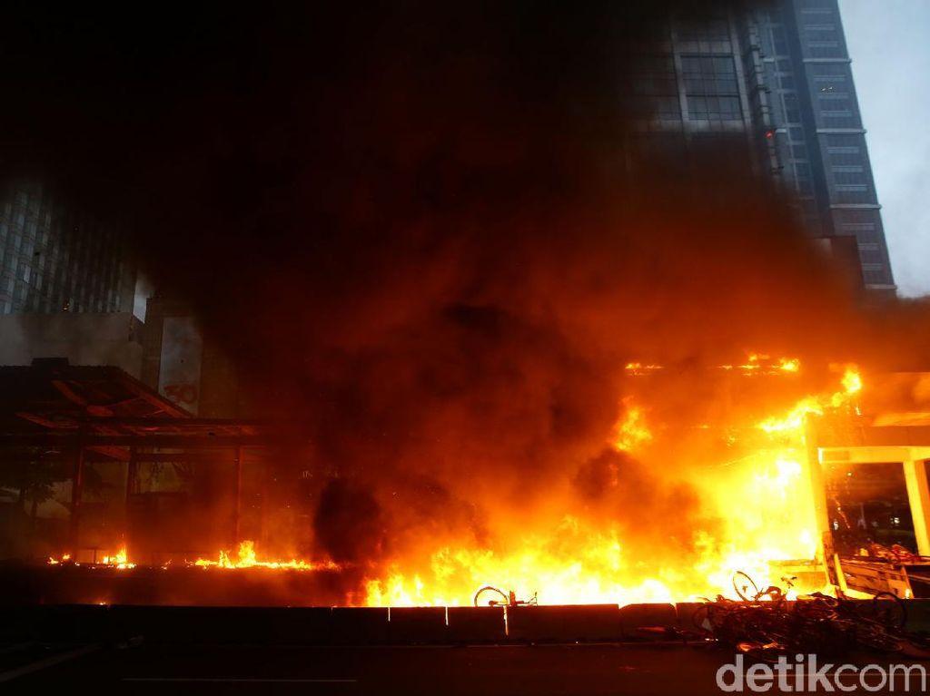 TransJakarta: 18 Halte Dibakar-Dirusak Massa Demo, Kerugian Capai Rp 45 M
