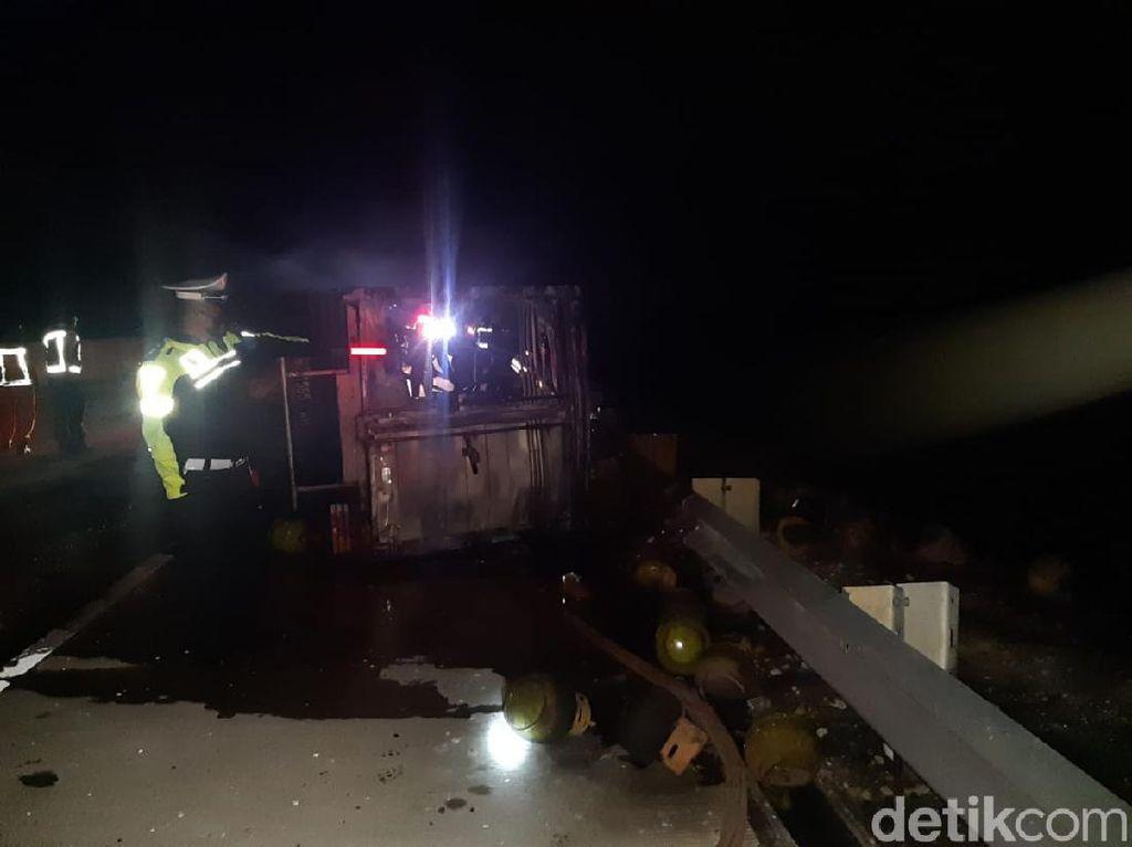 Truk Muat Tabung Elpiji Terbakar di Tol Ngawi-Kertosono, Sopir Selamat