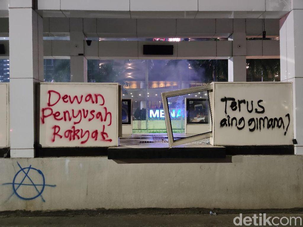 Aksi Pedagang Asongan Bersihkan Halte dari Coretan Piloks