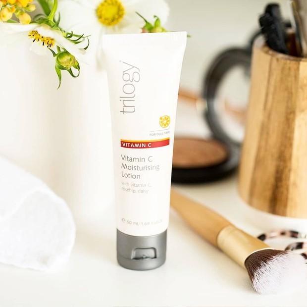 Dalam produknya ini Trilogy menggunakan daisy flower extract, rosehip seed oil dan citrus nobilis peel oil sebagai bahan-bahannya.