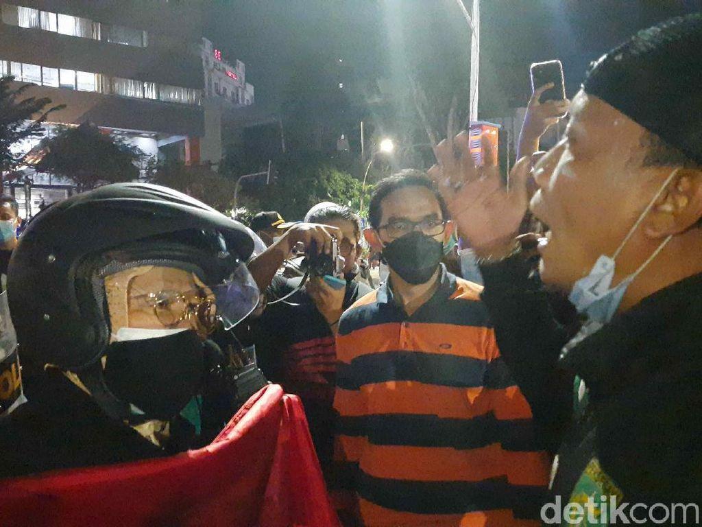 Video Risma Marahi Demonstran dari Madiun: Kenapa Kamu ke Sini?