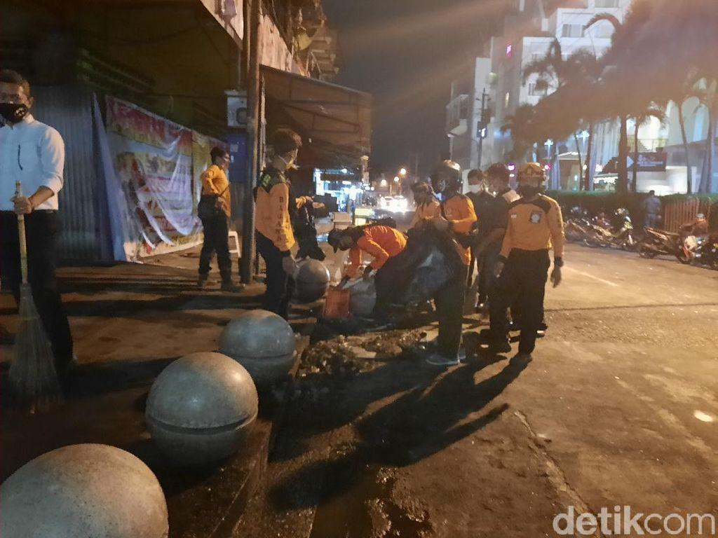 Usai Demo Omnibus Law Ricuh, Warga Gotong Royong Bersihkan Malioboro