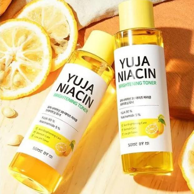 Kemasannya berwarna kuning khas dan diformulasikan secara khusus dengan Niacinamide dan Goheung Yuja Extract.
