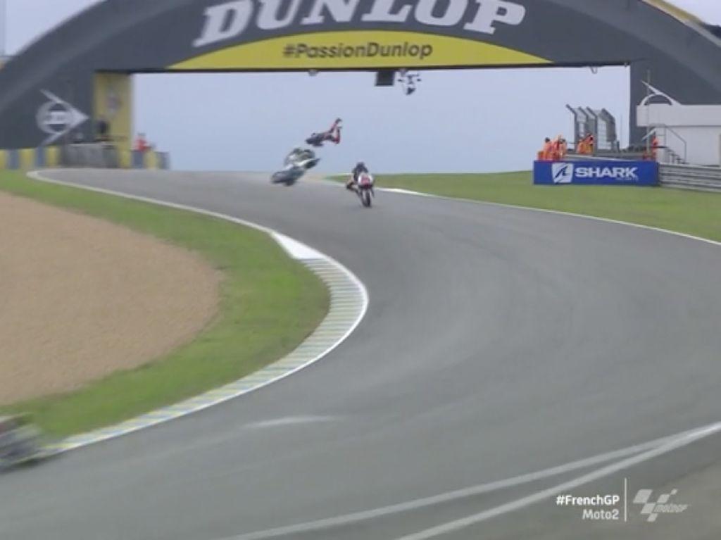 Crash Horor Adik Rossi di FP II Moto2 GP Prancis, Sampai Terbang
