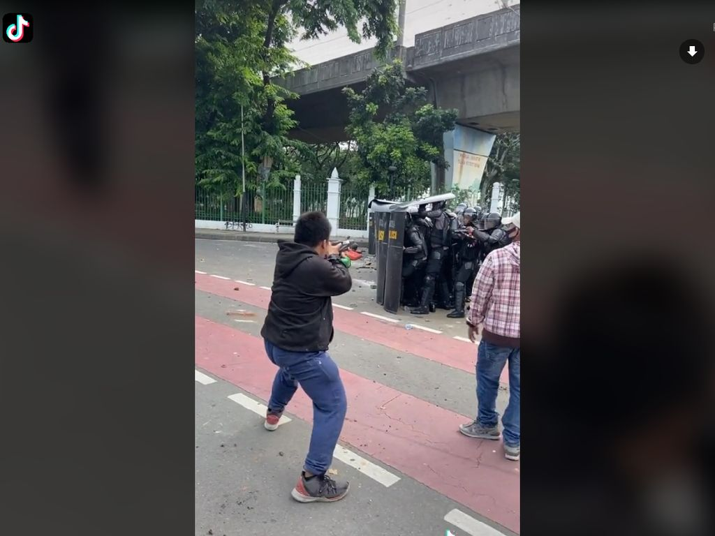 Kocak, 8 Momen Viral Mahasiswa Saat Demo Omnibus Law Ini Bikin Ngakak