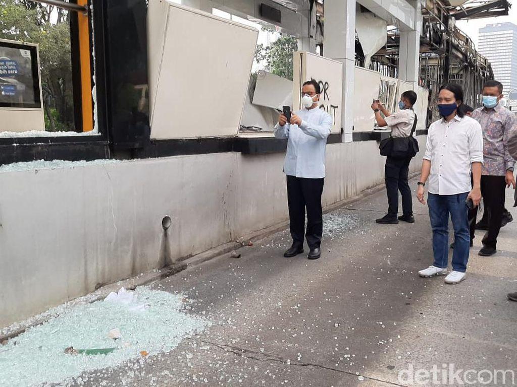 Anies Cek Halte Tosari yang Dirusak Massa Rusuh Demo Omnibus Law