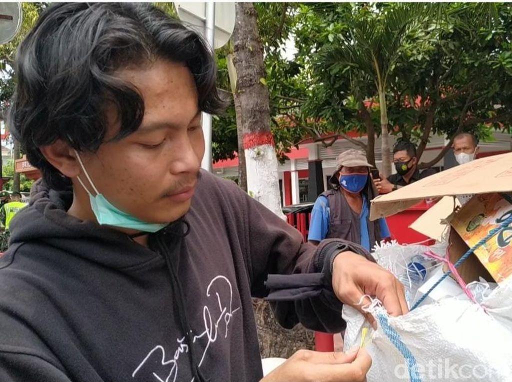 Ini Ari, Sosok Pemuda di Blitar Ajak Temannya Bersihkan Sampah Demo Omnibus Law
