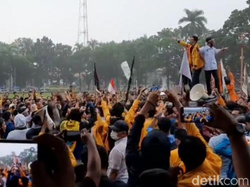 Hujan, Aksi Mahasiswa Tolak Omnibus Law di Kantor Gubernur Sumsel Berlanjut