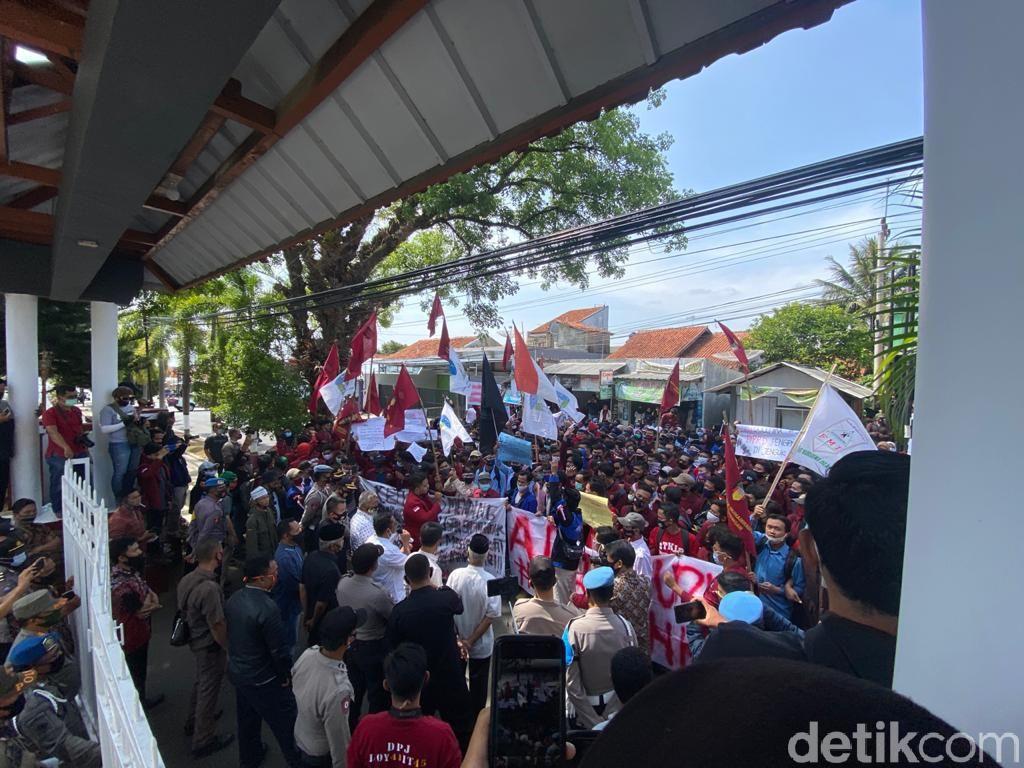 Buntut Ponpes Limbah, Mahasiswa Kuningan Desak Ketua DPRD Kuningan Mundur