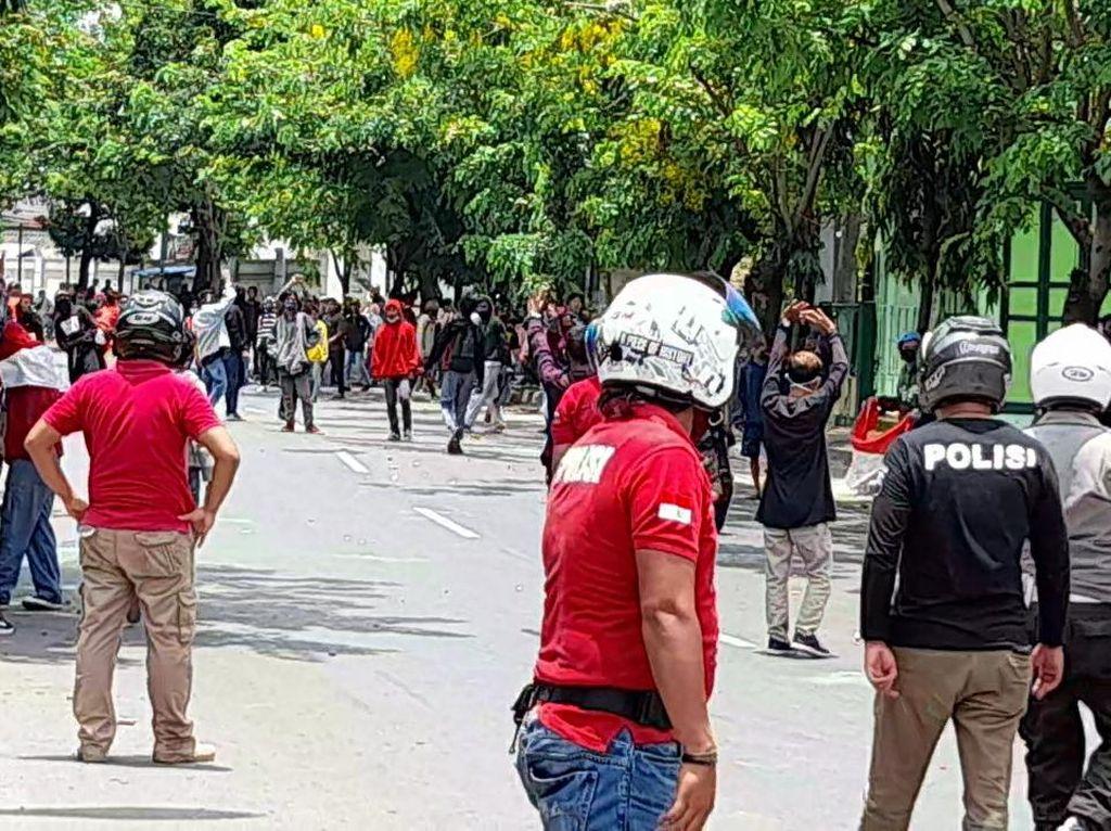 Demo Omnibus Law di Brebes Diwarnai Kericuhan dan Gas Air Mata