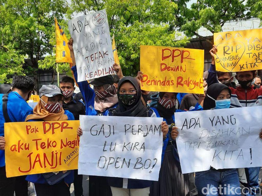 Tolak Omnibus Law, Mahasiswa Ngawi Bawa Pocong Dan Keranda Jenazah ke DPRD