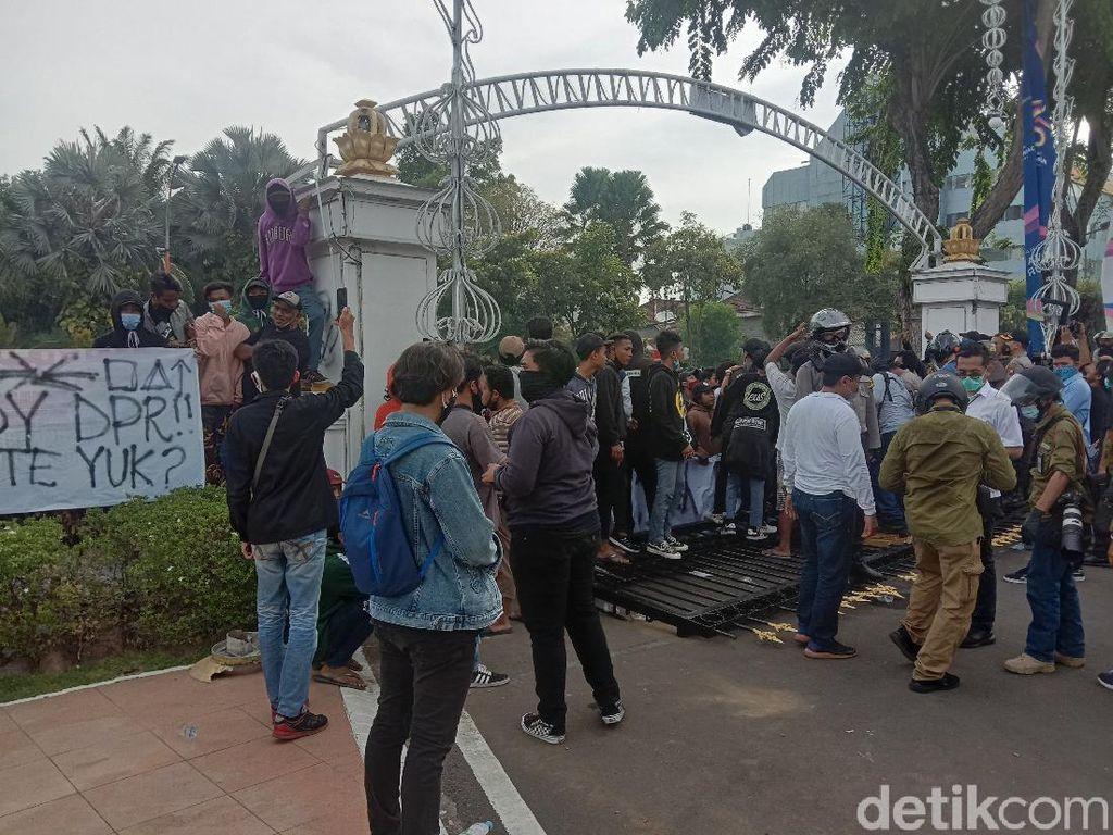Demo di Depan Grahadi Ricuh, Berapa Kerugian Pemprov Jatim?