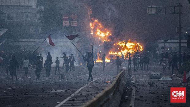 Massa pengunjuk rasa yang menolak pengesahan Omnibus Law UU Cipta Kerja terlibat bentrok dengan polisi di kawasan Harmoni, Jakarta, Kamis, 8 Oktober 2020. Unjuk rasa tersebut berakhir ricuh dan mengakibatkan sejumlah fasilitas umum rusak. CNN Indonesia/Bisma Septalisma