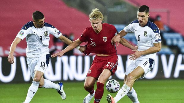 Norway's Erling Braut Haaland, center, and Serbia's Stefan Mitrovic, left, and Nikola Milenkovic compete for the ball during the Euro 2020 playoff semifinal soccer match between Norway and Serbia at Ullevaal Stadium, in Oslo, Norway, Thursday, Oct. 8, 2020. (Fredrik Varfjell/NTB scanpix via AP)