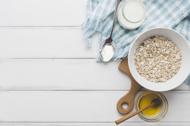 campuran oat, madu, dan yogurt dapat digunakan sebagai scrub alami untuk merawat wajah