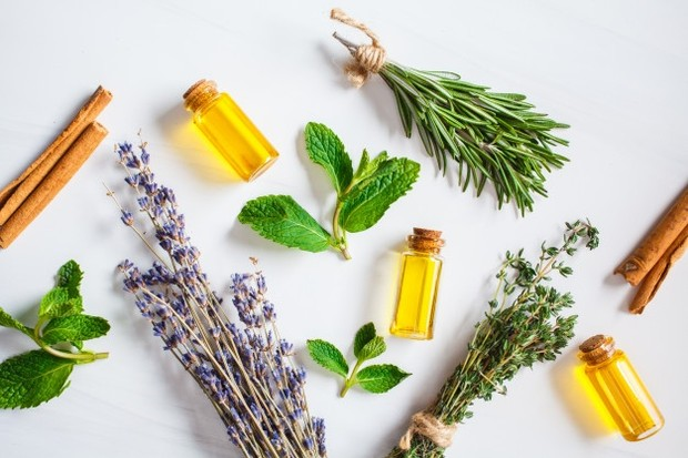 campuran minyak jojoba, gula pasir halus, dan minyak esensial dapat digunakan sebagai scrub alami untuk merawat wajah