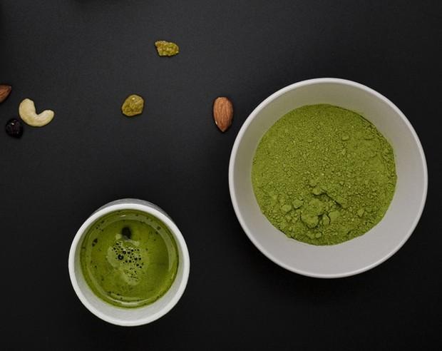 campuran almond, yogurt, teh hijau dapat digunakan untuk merawat wajah sebagai scrub alami