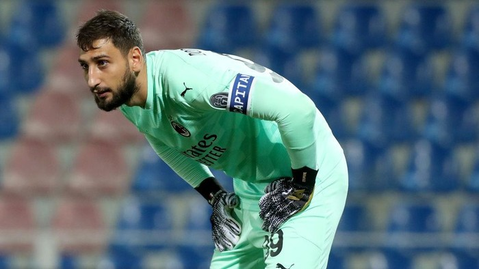 CROTONE, ITALY - SEPTEMBER 27:  Gianluigi Donnarumma of Milan during the Serie A match between FC Crotone and AC Milan at Stadio Comunale Ezio Scida on September 27, 2020 in Crotone, Italy. (Photo by Maurizio Lagana/Getty Images)