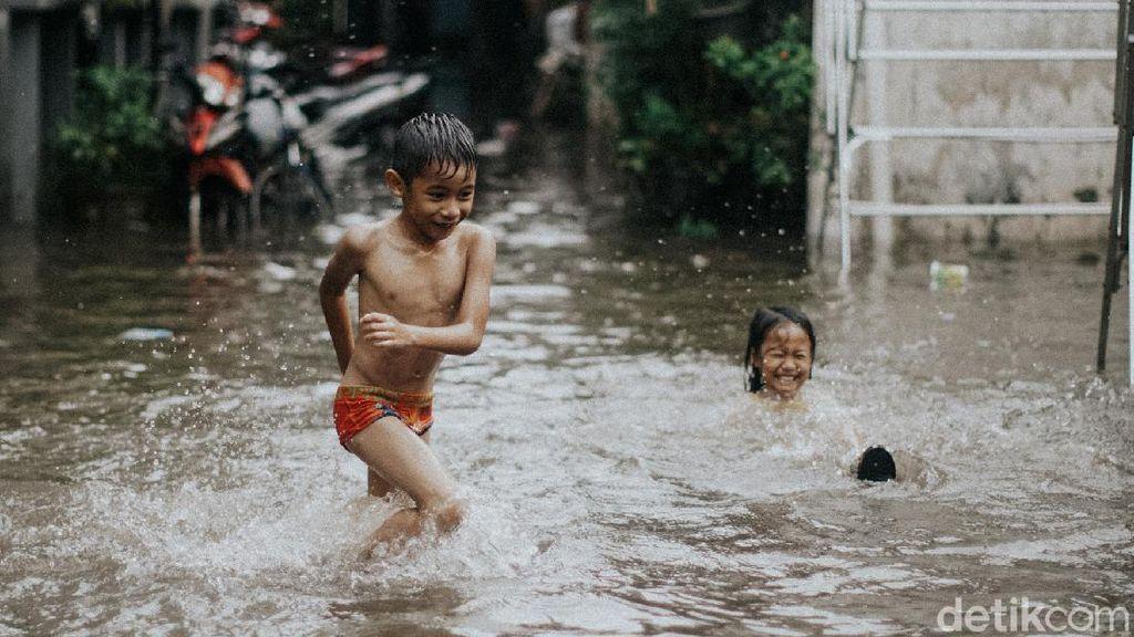 Hang Lekir Kebanjiran, Anak-anak Asyik Main Air dan Berenang