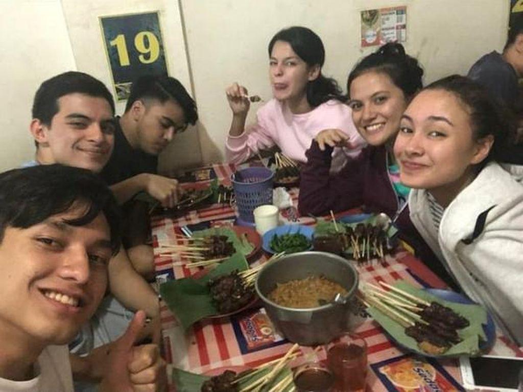 Keseruan Jefri Nichol saat Makan Bareng Teman-teman