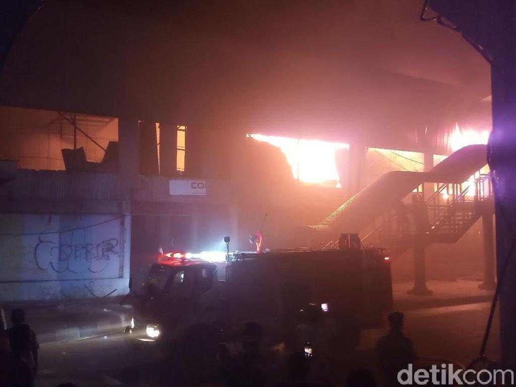 Sempat Padam, Api Kebakaran Bioskop Grand Theater Senen Membesar Lagi
