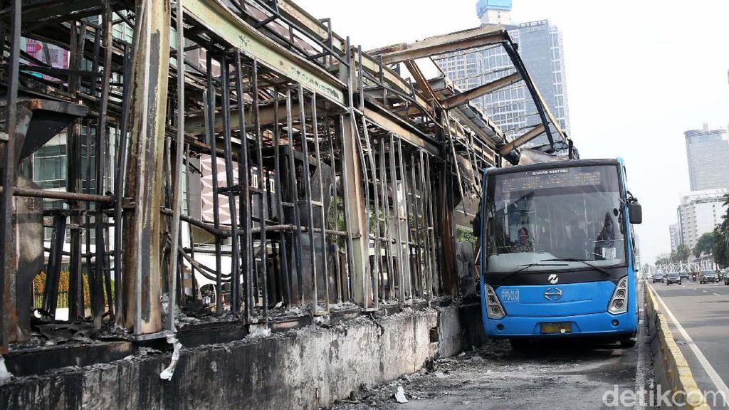 Deretan Foto Halte TransJ yang Rusak-Dibakar Massa Tolak Omnibus Law